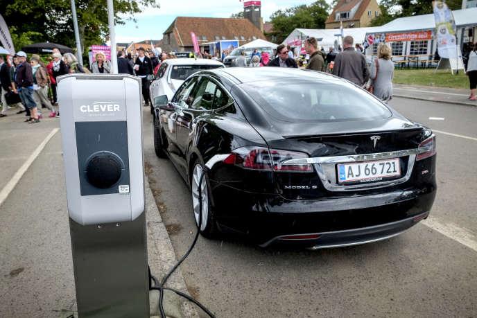 Tesla Model S en recharge au Danemark