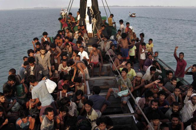 Des migrants attendent d'être secourus, au large de l'Indonésie, le 20mai.