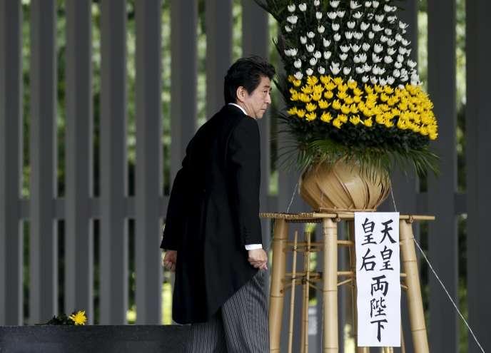 Shinzo Abe lors d'un hommage aux Japonais morts pendant la seconde guerre mondiale, au cimetière national de Chidorigafuchi, à Tokyo.