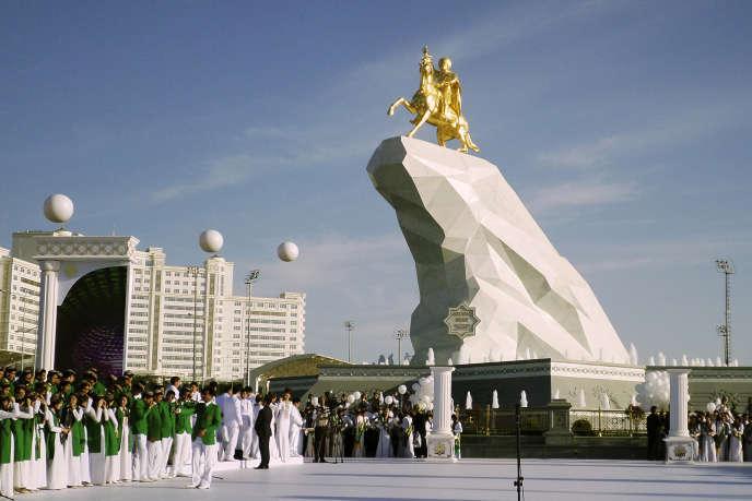 La statue à cheval de Gourbangouli Berdimoukhamedov, inaugurée le 25 mai à Achkhabad, en marbre, bronze et feuilles d'or.
