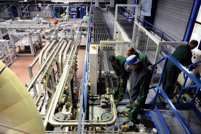 Des employés de la SCOP-TI préparent les machines d'empaquetage des sachets de thé et d'infusion, dans leur usine de Géménos, Bouches-du-Rhône, le 21 mai.