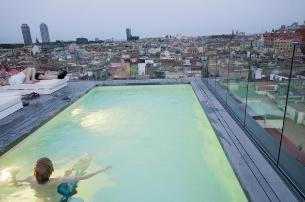Piscine et vue sur Barcelone sur la terrasse du Yurbban Trafalgar Hotel.