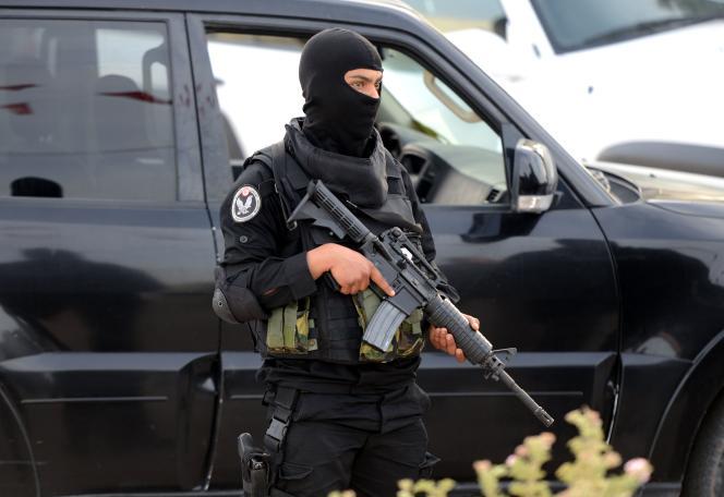 Un membre des forces spéciales tunisiennes à Djerba, le 6mai.