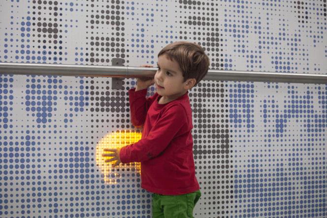 Un mur  interactif lumineux, installé à  l'hôpital pour enfants Great Ormond Street de Londres, permet de distraire et d'apaiser les petits malades.