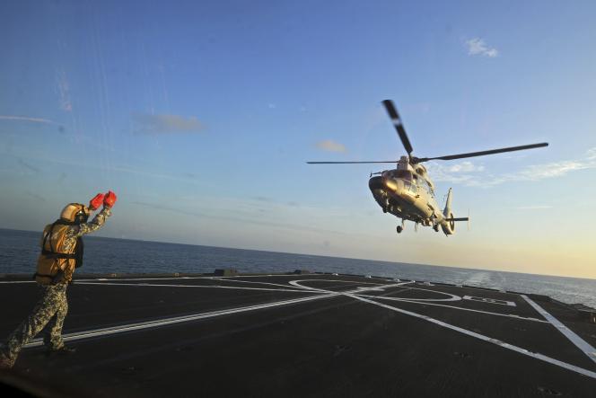 Un hélicoptère chinois atterrit sur un navire militaire de Singapour lundi 25 mai, lors de manoeuvres maritimes entre les deux pays.