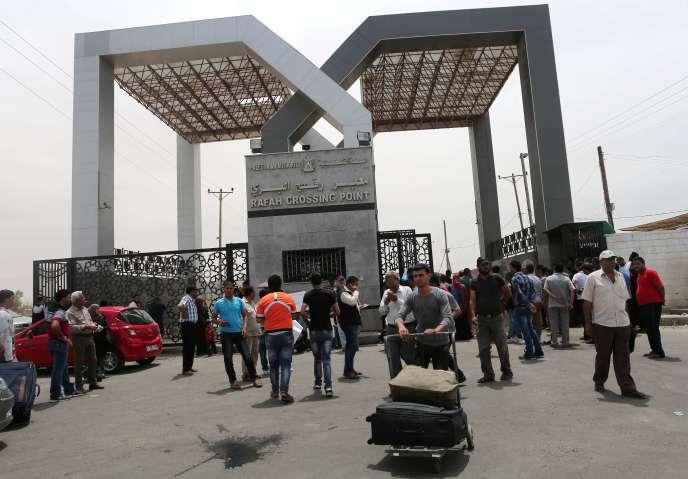 Des Palestiniens arrivant d'Egypte arrivent dans la bande de Gaza après avoir passé la frontière par le point de passage de Rafah. AFP PHOTO / SAID KHATIB