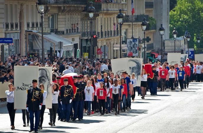 Cérémonie d'hommage solennel de la nation à Pierre Brossolette, Geneviève de Gaulle-Anthonioz, Germaine Tillion et Jean Zay au Panthéon, le 27 mai 2015. Arrivée du cortège convoyant les quatre cercueils.