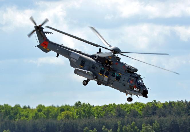Un hélicoptère Caracal d'Airbus survole la base de Powidz, en Pologne, le 14mai.