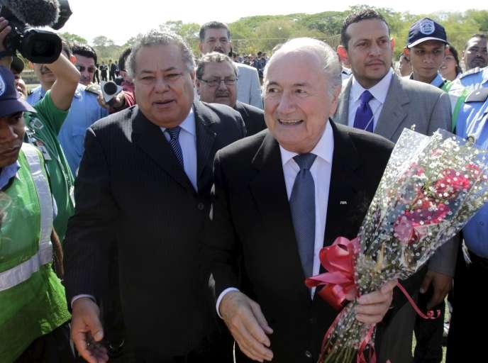 Joseph « Sepp » Blatter (à droite, 79 ans, ici à Managua, au Nicaragua en avril 2011) doit briguer un cinquième mandat vendredi.