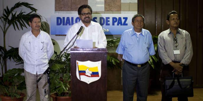Jairo Martinez, deuxième à partir de la droite, à La Havane le 28 février.