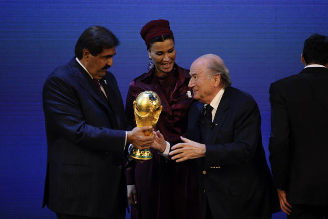 Joseph Blatter remet le trophée de la Coupe du monde à l'émir du Qatar, Al-Thani, endécembre2010, àZurich.