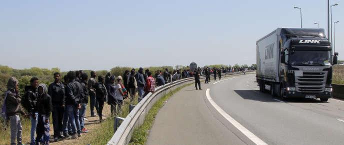 Environ 2 300 migrants, selon la préfecture, notamment afghans, soudanais, érythréens et syriens, vivent dans des tentes ou des abris de fortune à Calais, où ils essaient de passer en Grande-Bretagne.