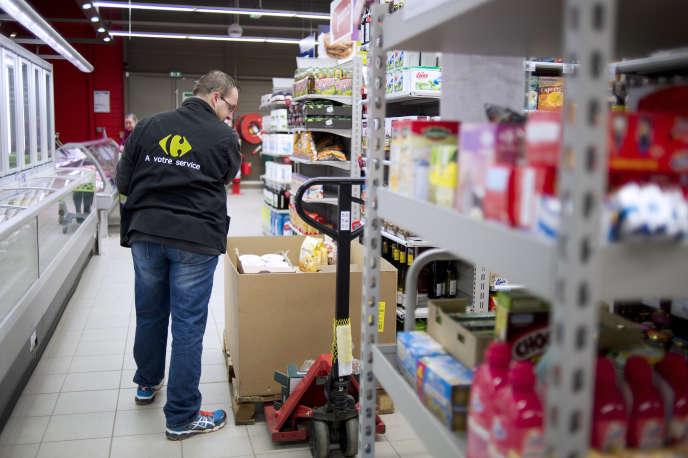 Dans un hypermarché Carrefour de Riaille (Loire-Atlantique), en janvier 2015. Le géant français de la grande distribution a reçu quelque 110 millions d'euros au titre du CICE en 2014. « En deux ans, il nous a permis de créer 4 800 emplois nets et d'investir dans les magasins en augmentant les heures travaillées, dans les rayons et aux caisses », avance le groupe.