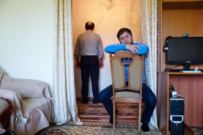 L'ex-policier Alikhan Akhmetov, le 20 mai, chez ses parents, où il vit cloîtré depuis sept ans après avoir été torturé alors qu'il enquêtait sur un meurtre mettant en cause un proche de Kadyrov.