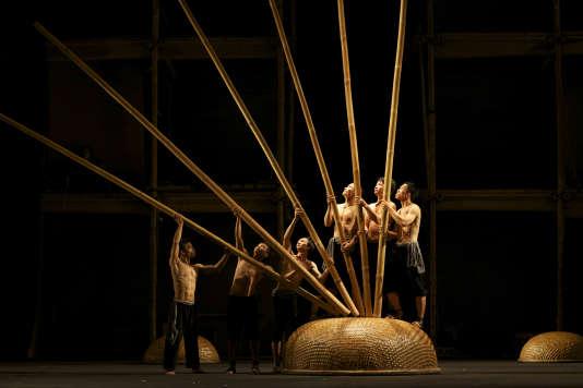 """Le spectacle de cirque vietnamien """"A O Lang Pho""""."""