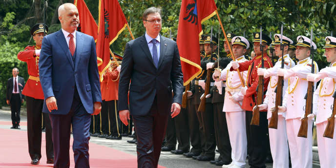 Le premier ministre d'Albanie, Edi Rama (à gauche), et son homologue serbe, Aleksandar Vucic, à Tirana en Albanie, mercredi27mai.