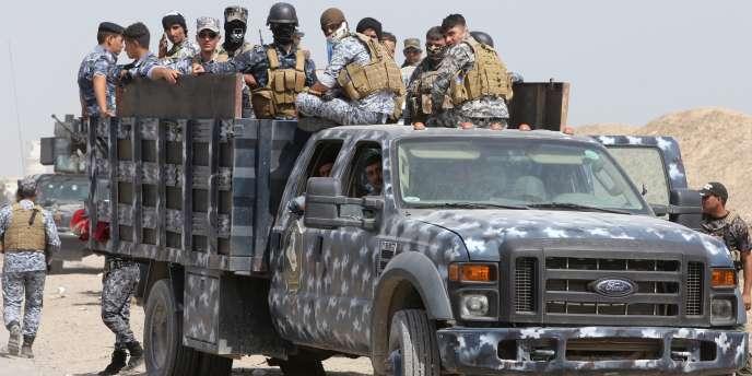 Des membres des milices chiites et les forces de sécurité irakiennes au nord-ouest de Bagdad le26 mai.