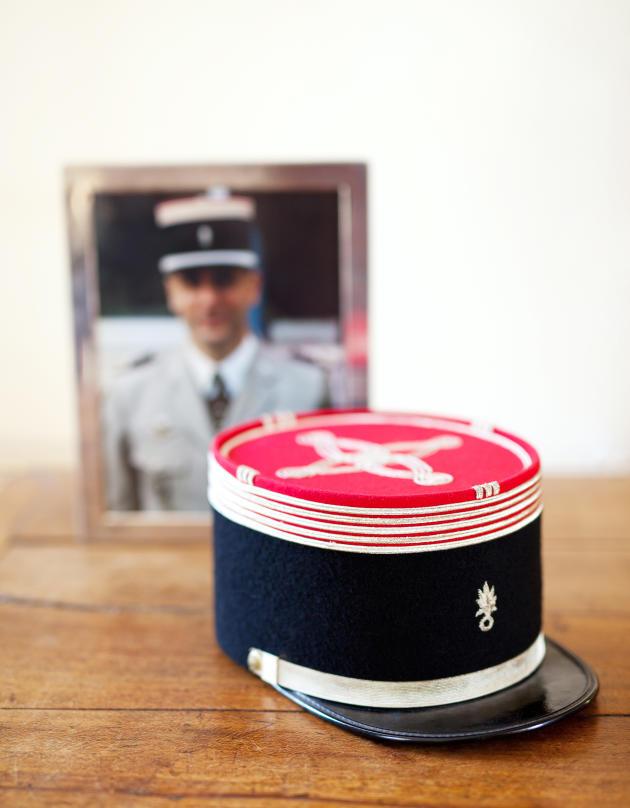 Dans la vitrine consacrée au souvenir de Hugues de Samie, à La Seigneurie, le petit château acheté par l'ancien militaire, trônent son képi rouge et noir d'officier et des photos de lui décoré de la Légion d'honneur.
