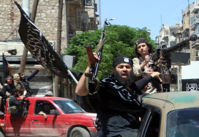 Des combattants du Front Al-Nosra, affilié à Al-Qaida, traversent la ville d'Alep, dans le nord-ouest de la Syrie, le 26 mai 2015.