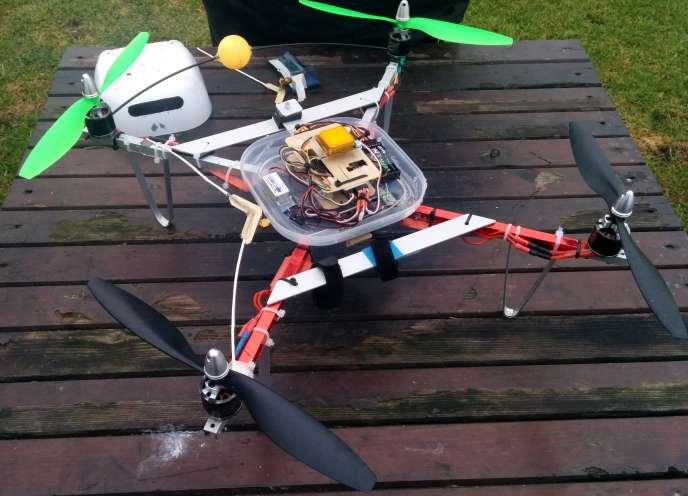 Un drone capable de recharger ses batteries de manière autonome.