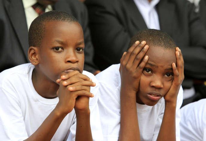 Deux jeunes Rwandais, lors des commémorations du génocide en avril 2014.