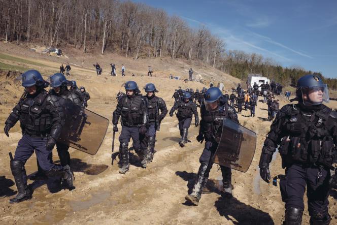 Les gendarmes évacuent les zadistes regroupés sur la tombe de Remi Fraisse à Sivens, Tarn, le 6 mars.