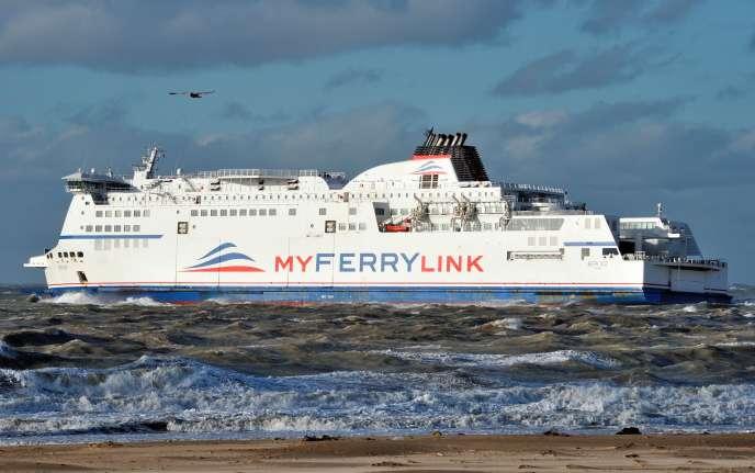 Un ferry de la société MyFerryLink quitte le port de Calais en novembre 2012.