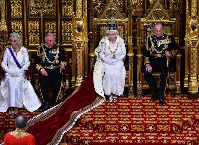 Elizabeth II pendant le traditionnel « discours de la reine », dans lequel elle présente le programme de la nouvelle législature.