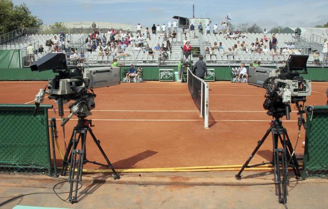 Des caméras autour du court no 7 de Roland-Garros, en 2011.