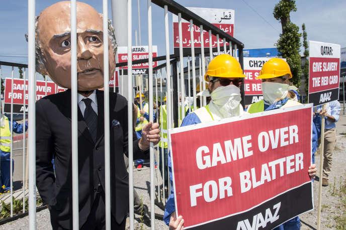 Un activiste avec un masque du président de la FIFA, Sepp Blatter, dans une cage durant une manifestation à Zurich, jeudi 28 mai.