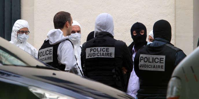Des policiers devant la villa où étaient cachées des armes à Biarritz, jeudi 28 mai. (AP Photo/Bob Edme)