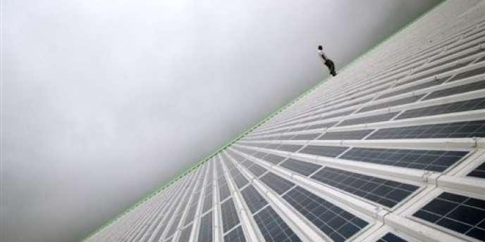 Les producteurs chinois de panneaux solaires s'engageraient, selon le compromis, à ne pas vendre de panneaux en dessous de 0,56 euro par watt et à ne pas en écouler plus de 7 gigawatts par an, tout volume supérieur à cet accord risquant d'être soumis au droit de douane de 47 %.