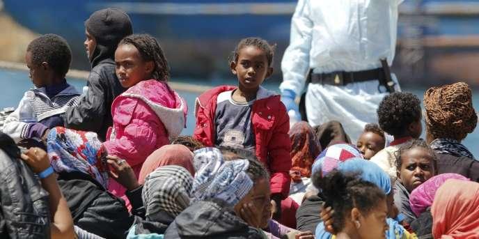 Des migrants, dans le port italien d'Augusta, le 4 mai.