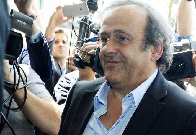 Michel Platini, cerné par les journalistes à son arrivée à la réunion de l'UEFA le 28 mai à Zurich.