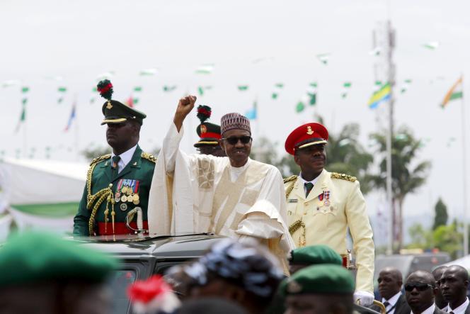 Le président nigérian, Muhammadu Buhari saluant la foule après son investiture vendredi 30 mai, sur la place Eagle, à Abuja.