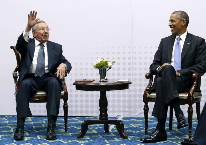 Le président cubain, Raul Castro (à gauche), aux côtés de son homologue américain Barack Obama, le 11 avril 2015.