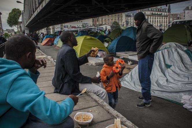 A Paris, un campement improvisé de réfugiés provenant d'Erythrée, du Soudan, du Maroc ou de Tunisie.