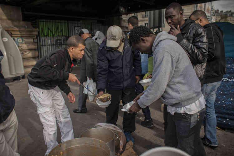 L'association Une chorba pour tous a distribué plus de deux cent cinquante repas dans le campement. C'est la première fois que l'association prenait cette initiative.