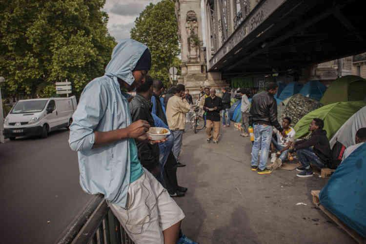 Kaled, un migrant soudanais, mange son seul repas de la journée, offert par Une chorba pour tous.