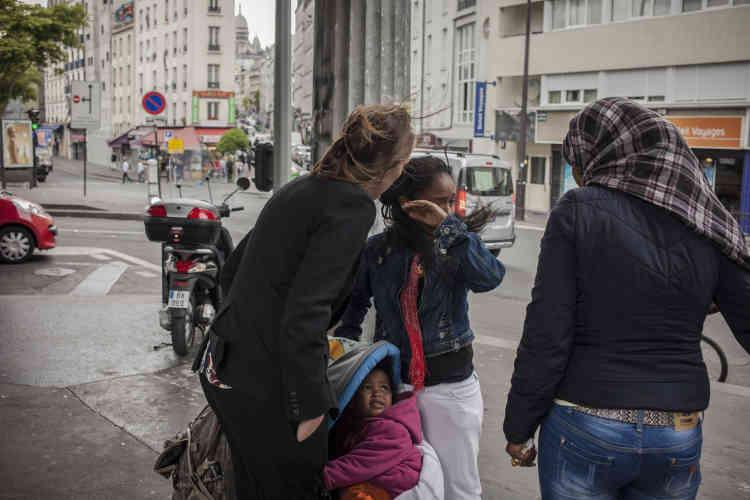 Des représentants de la mairie de Paris et d'associations humanitaires viennent rencontrer les migrants et procéder à un recensement dans le campement. Ici, la directrice d'Emmaüs solidarité.