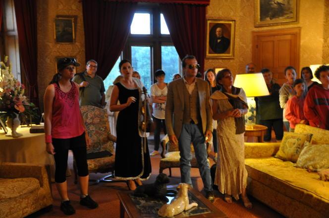 Une dizaine de bénévoles jouent les acteurs d'un soir pour animer la soirée.