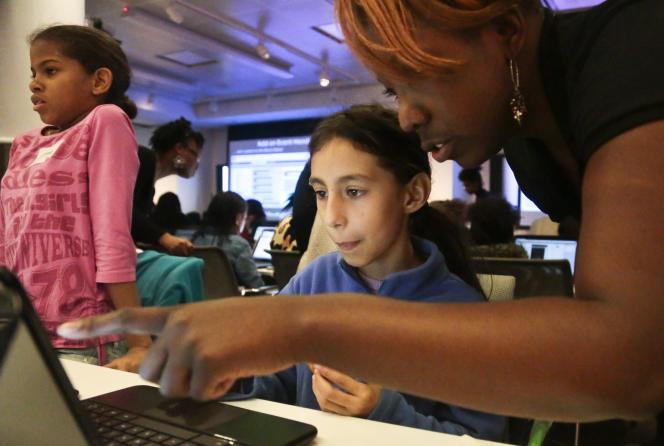 Peta-Gay Clarke, volontaire à l'association Black Girls Code, initie Lina Rabayo à la programmation informatique, à New York, en 2013.