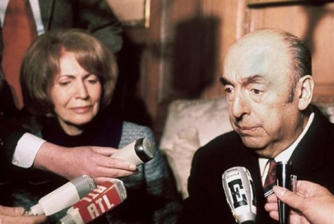 Photo datée du 21 octobre 1971 de l'écrivain, poète et diplomate chilien, Pablo Neruda, alors ambassadeur du Chili en France, répondant aux questions des journalistes, au côté de son épouse, à l'ambassade chilienne, après avoir reçu le prix Nobel de littérature.