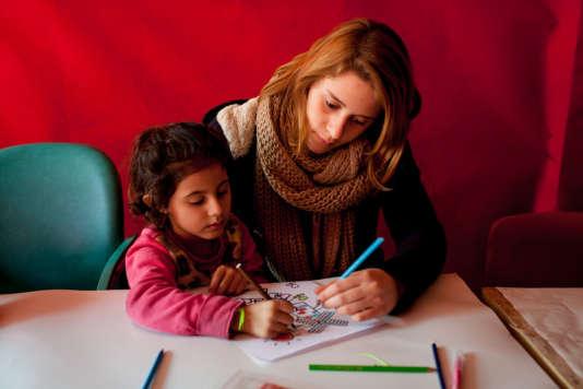 Une jeune volontaire en mission «éducation pour tous» au sein de l'association Les Enfants du Canal (auprès des Roms).
