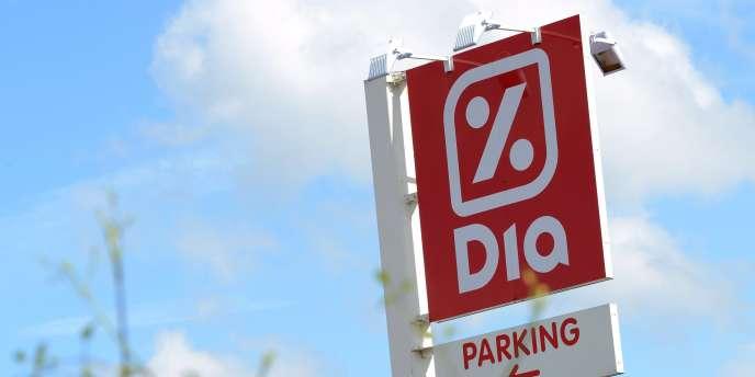 L'enseigne d'un magasin Dia à Béthune (Pas-de-Calais), le 7 mai 2014. Le groupe Carrefour souhaiterait se délester de 100 magasins Dia.