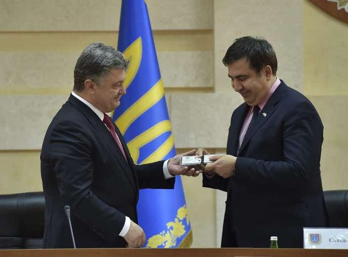 Le président ukrainien, Petro Porochenko (à gauche), remet au Géorgien Mikheïl Saakachvili son badge de gouverneur de la région d'Odessa, le 30 mai.