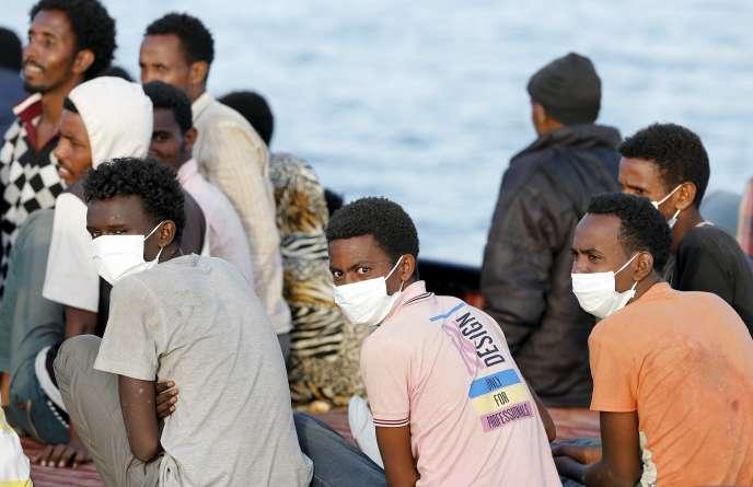 Arrivée de centaines de migrants sauvés en mer dans le port sicilien d'Augusta, samedi 30 mai.