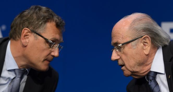 L'ex-président de la Fédération internationale de football (FIFA) Sepp Blatter (à droite) et son ancien secrétaire général, Jérôme Valcke, le 30 mai 2015, à Zurich.