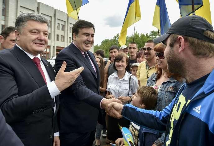 Le président ukrainien, Petro Porochenko, à gauche, avec Mikheïl Saakachvili, le 30 mai dans les rues d'Odessa.