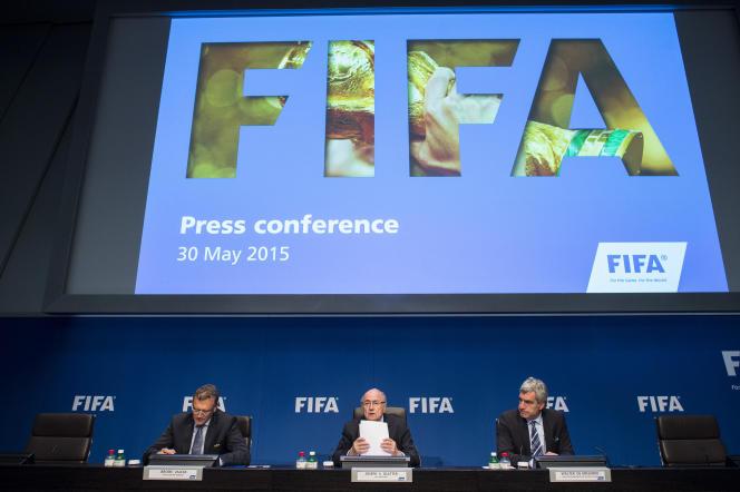 Le président de la FIFA, Joseph  Blatter, au centre, lors d'une conférence de presse à Zurich, le 30 mai.